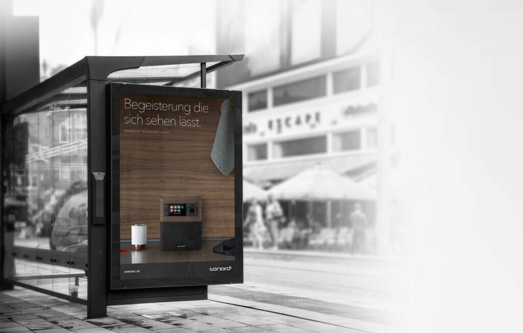 Sonoro Produktwerbung an einer Bushaltestelle