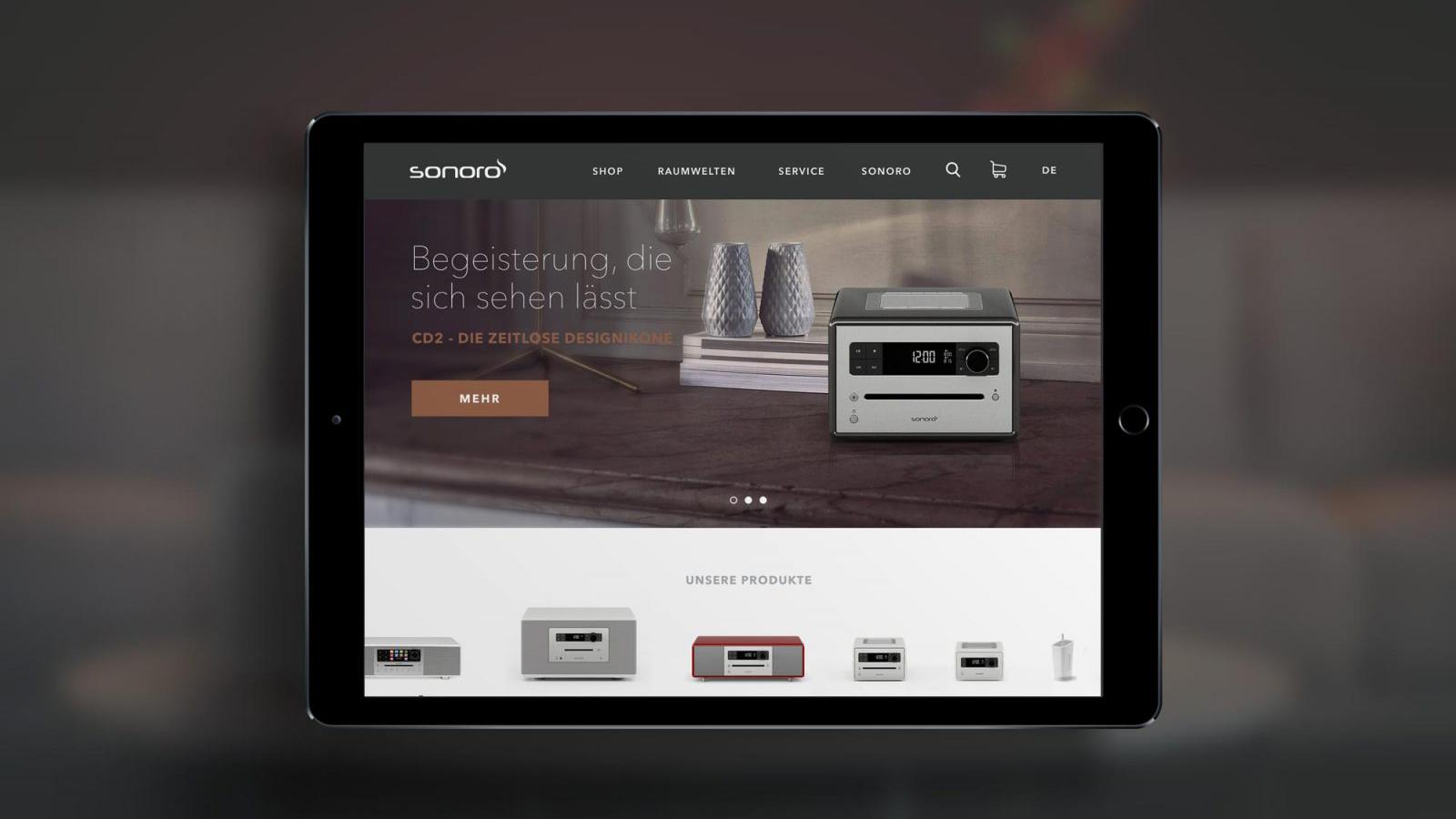 IPad in dem ein Ausschnitt der Sonoro Webseite zu sehen ist