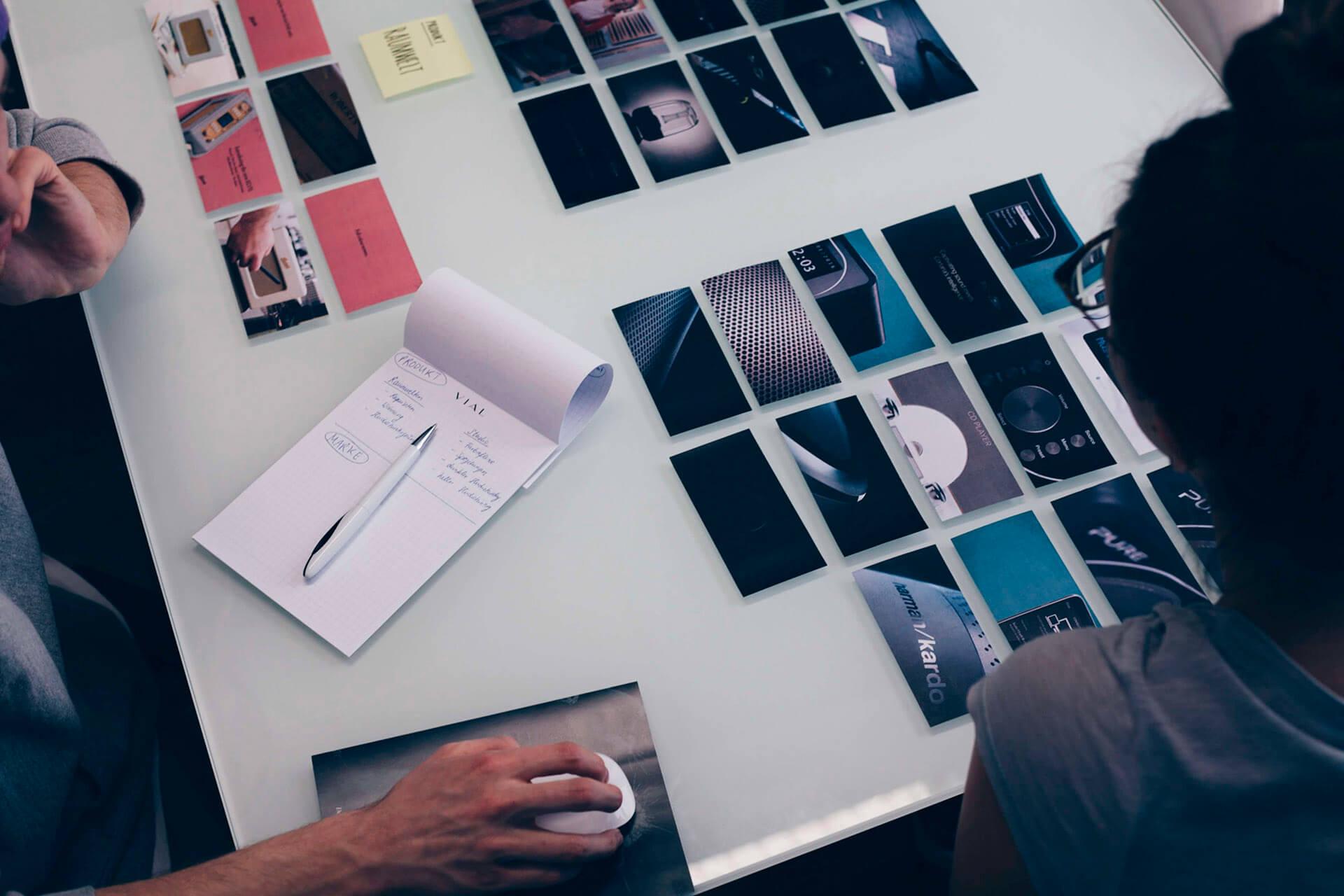Storybiardbilder liegen auf dem Tisch in der VIAl Designagentur