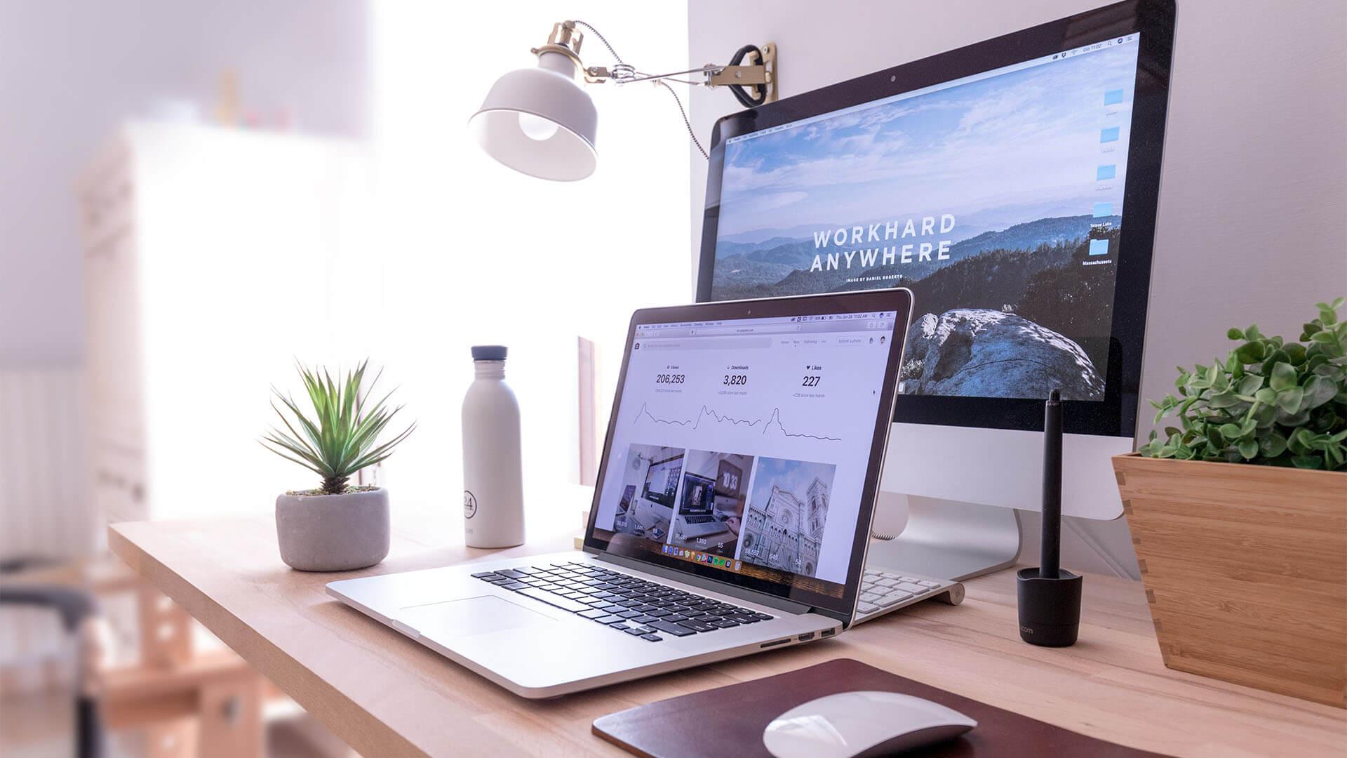 Arbeitsplatz mit Macbook und IMac