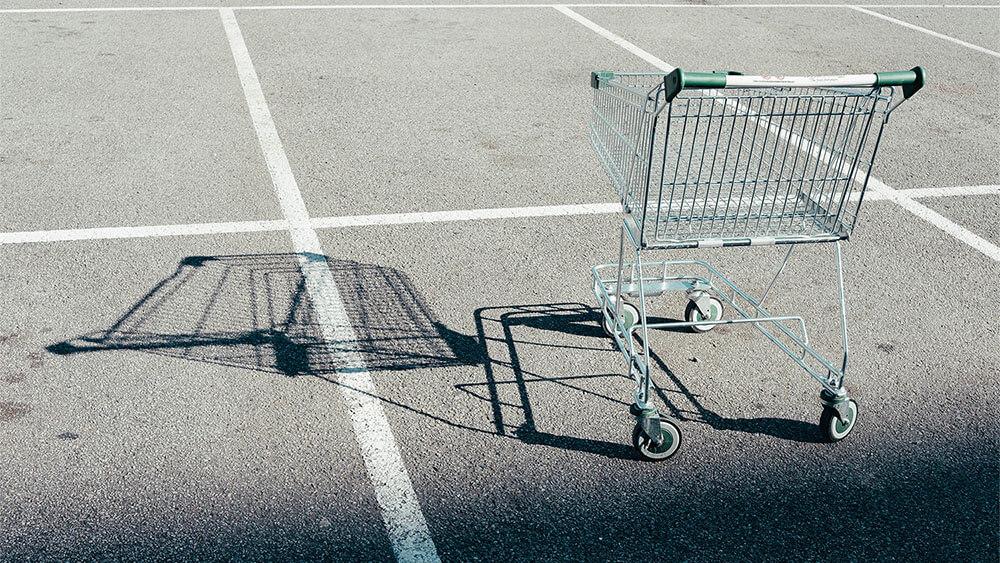 Einkaufswagen steht auf einem Parkplatz