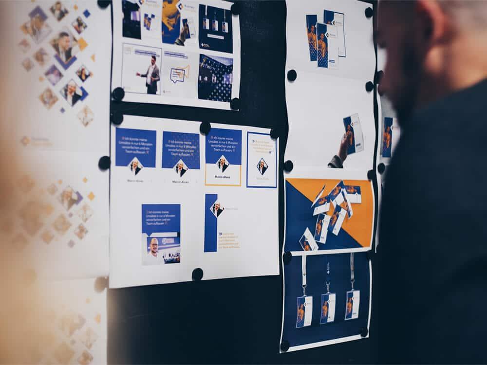 Designmeeting mit Entwürfen an der Wand
